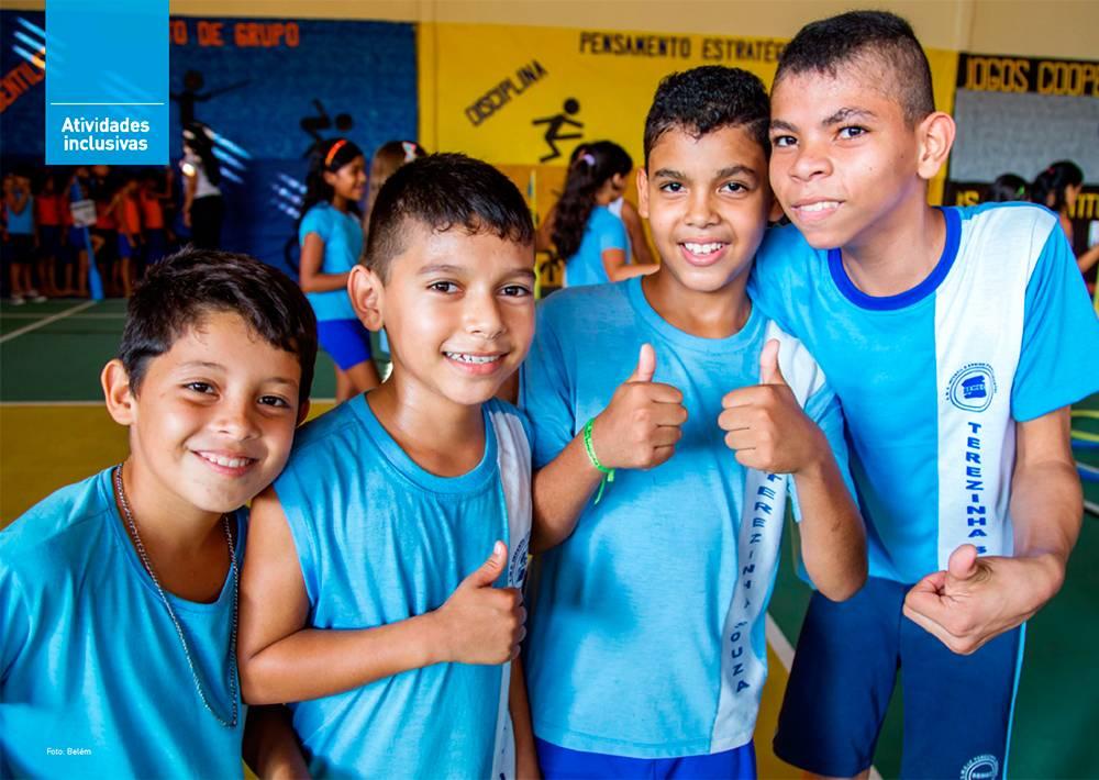 Quatro meninos posando para a foto sorridentes.