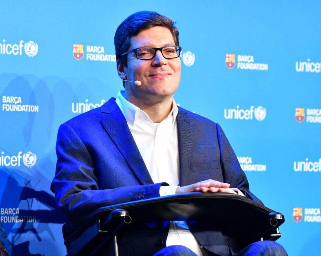 Rodrigo Hübner Mendes sorri.