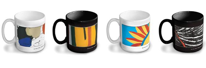 Quatro canecas de porcelana dispostas lado a lado em fundo branco. Elas são estampadas com obras de arte coloridas.