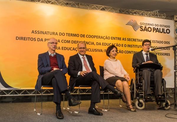 Assinatura do termo de cooperação para o curso educação inclusiva para o ensino médio, Rodrigo Mendes fala em microfone ao seu estão Francisco Carbonari, Geraldo Alckmin e Linamara Battistella