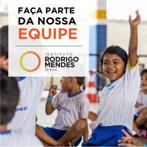 Anúncio da vaga com foto de crianças sentadas. Em primeiro plano, criança sorri e levanta o braço. Texto: Faça parte da nossa equipe. Instituto Rodrigo Mendes.